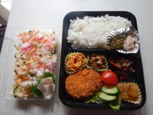 写真:コロッケ弁当とお寿司のお弁当